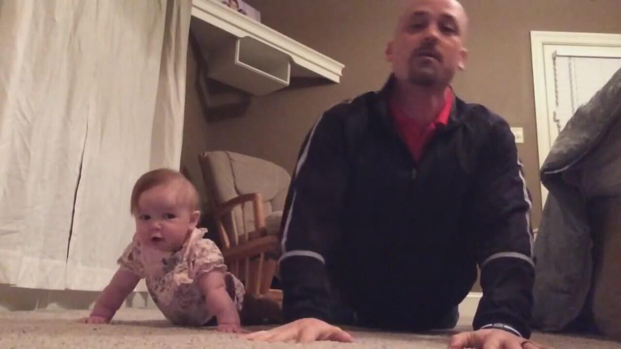Bebek Ve Babasının Egzersiz Hareketleri