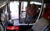 Engelli yolcuya yardım eden kadın otobüs şöförüne büyük şok