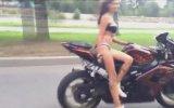 Motosikleti Parmağında Oynatan Kız